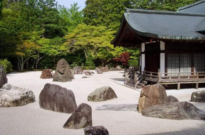 Расположение камней по треугольнику в японском саду камней