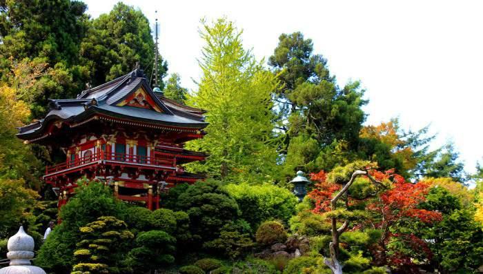 Пагода в японском саду