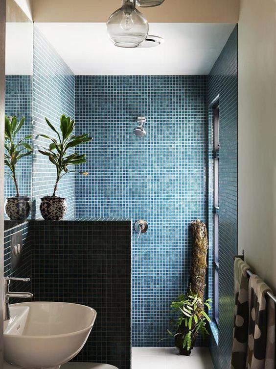 Красивая ванная с отделкой мозаичной плиткой